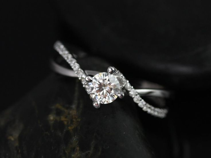 Absolutely Gorgeous!! <3 Rosados Box Valentina 4.50mm White Gold Round Cut Diamond Twist Engagement Ring