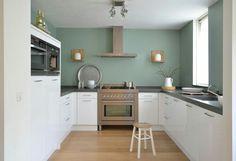 witte keuken, gekleurde muur