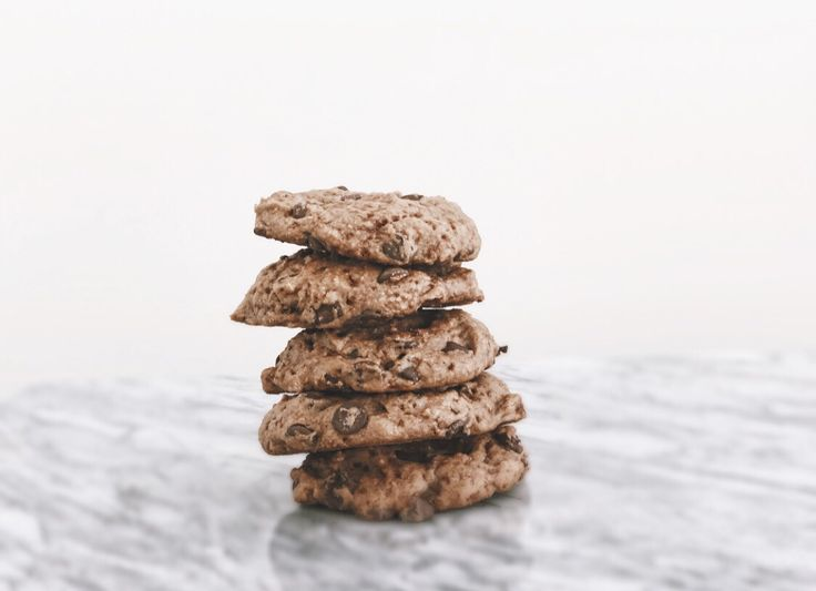 VEGAN CLASSIC CHOCOLATE CHIP COOKIES: You can't go wrong with a batch of classic chocolate chip cookies! I whipped up this recipe spontaneously on a Tuesday evening after... #thenourishedvibe