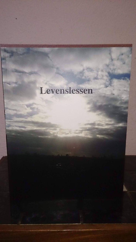 Dit boek heb ik zelf uitgegeven in 2014 en verkoop ik in eigen beheer ;)   Op mijn zestiende ben ik begonnen met teksten schrijven. Ik liep toen bij slachtofferhulp.  Daar kwam ik er achter dat ik