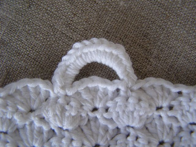 Så fik jeg afsluttet første håndklæde til køkkenet - og straks startet op på nr. 2 i lidt tykkere garn.    Det hvide håndklæde endte med at...