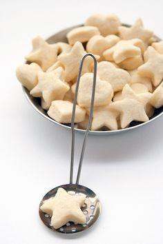 Frollini con farina di riso-120 g di farina di riso 250 g di farina-2 cucchiaini di lievito vanigliato 1 uovo-1 tuorlo-100 g di zucchero-130 g di burro morbido-latte (forse) In una ciotola le farine, il lievito e lo zucchero, poi a cubetti il burro.+ l'uovo,il tuorlo impastate. latte se serve frolla in frigorifero un'ora,stendete l'impasto piuttosto sottile,ritagliate le formine.cuocere i biscotti per circa 15 minuti nel forno già caldo a 180°
