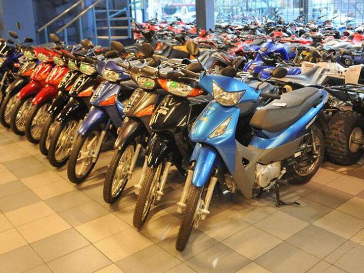 La venta de motos se duplicó en el primer semestre: En los primeros seis meses de 2017 se vendieron 324.375 motocicletas. #Economía #Venta…