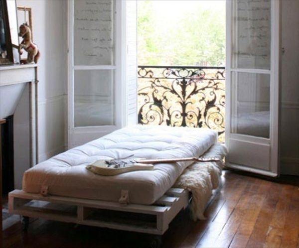 52 best images about pallet bedden on pinterest for Pallet daybed frame