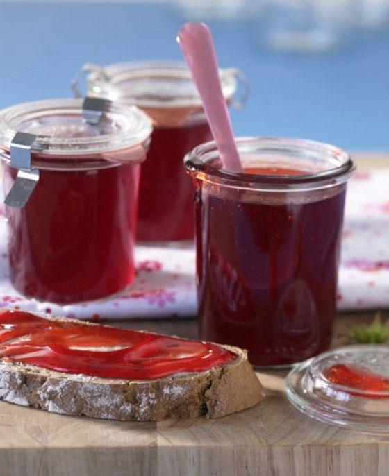 Schleckermäuler aufgepasst. Wir präsentieren: Erdbeergelee! Auf frisch gebackenem Brot mit Frischkäse oder Butter - verführerisch lecker!