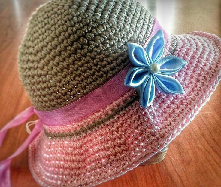 Cappello con fiore in raso