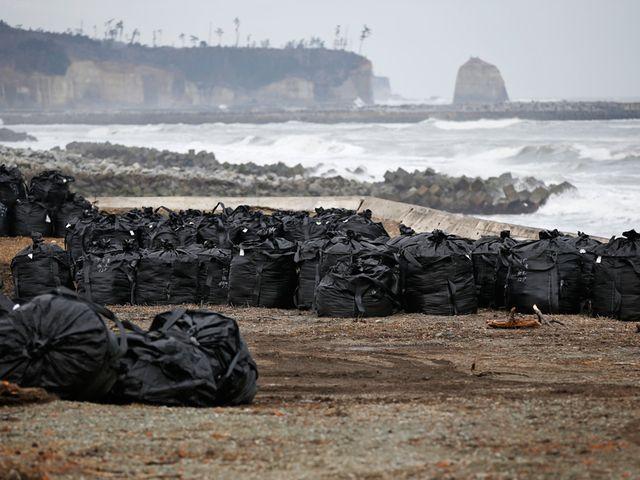 Fukushima: Aus Heimat wird atomare Müllkippe Plastiksäcke, überall: Vier Jahre nach Fukushima stapeln sich an Japans Küste Strahlenabfälle. Die Heimat Tausender Geflüchteter soll mancherorts Atommülllager werden.