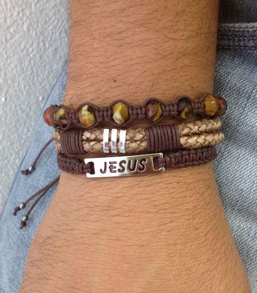 """Kit de pulseiras unissex, composto de 3 pulseiras na cor marrom, sendo:  - 1 pulseira shambala com plaquinha metálica em banho prata, gravado a palavra """"Jesus""""  - 1 pulseira de couro trançado  - 1 pulseira shambala de cristais marrom    > Pulseiras ajustáveis, nosso padrão ajusta bem em pulso de 18-21 cm. Caso você tenha um maior ou menor, informe no pedido o tamanho do seu pulso que faremos personalizada para melhor ajuste. Para medir seu punho, use uma linha e uma régua. R$ 39,90"""