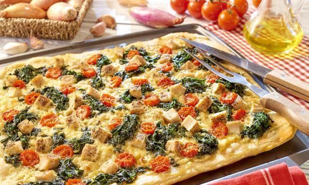 Szybka iłatwa wprzygotowaniu pizza zsosem śmietanowym, szpinakiem ipiersią zkurczaka