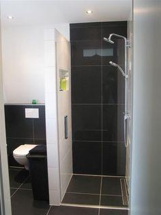 Tijdloze badkamer voorzien van inloopdouche en WC.