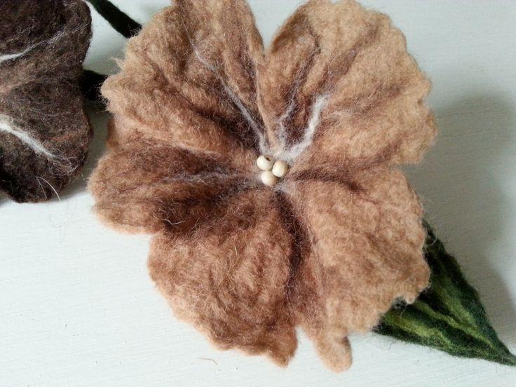 filcowa broszka kwiat. wet felted flower brooch