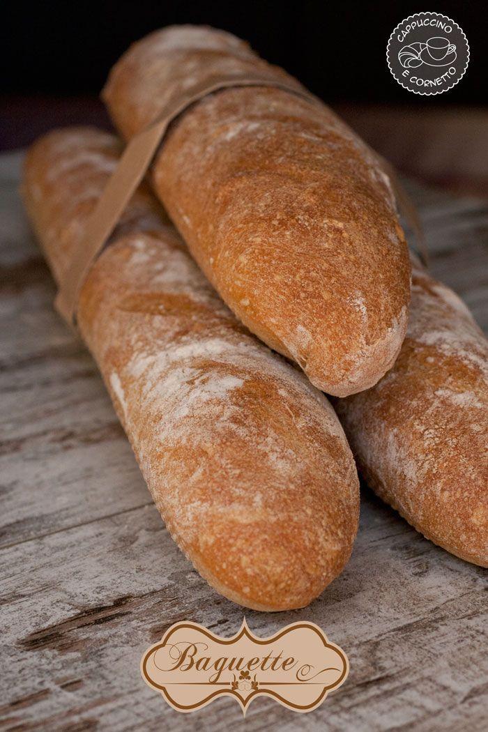 Oggi non mi perdo in chiacchiere ma vado subito al sodo! La ricetta di oggi è quella delle baguette francesi, un pane conosciutssimo che ha la particolarità di essere fragante all'esterno e morbidissimo all'interno con una bella alveolatura e adatto ad accompagnare gustosisssime farciture! Non ho mai preparato le baguette perchè non avevo gli attrezzi …
