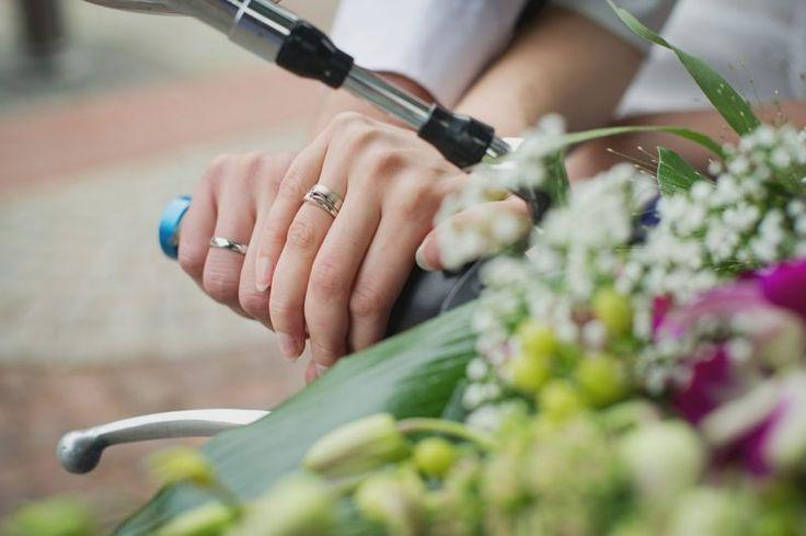 ¡Hola novios y novias!  Las alianzas de boda es una tradición muy bonita por ahora inamovible en cualquier boda, ya sea religiosa o civil.  Dejando de lado su historia, hoy en día signi…
