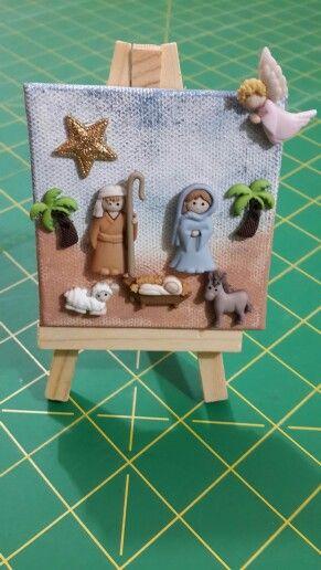 El belén en un mini lienzo, y ha cabido todo, hasta el ángel y una estrella. Los botones de navidad y unas palmeritas.