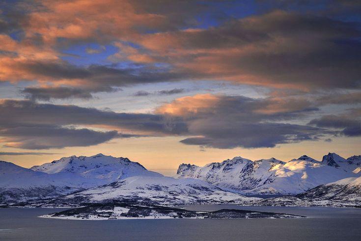 Πύρινα ηλιοβασιλέματα στην καρδιά του χειμώνα πάνω από τον Αρκτικό Κύκλο, στο Tromso της Νορβηγίας