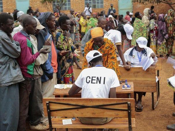 Eleições legislativas e locais tiveram início nesta segunda-feira (29) em Burundi. O clima no país é de tensão depois dos últimos dois meses de protesto contra a candidatura do presidente Pierre Nkurunziza, que quer disputar um terceiro mandato