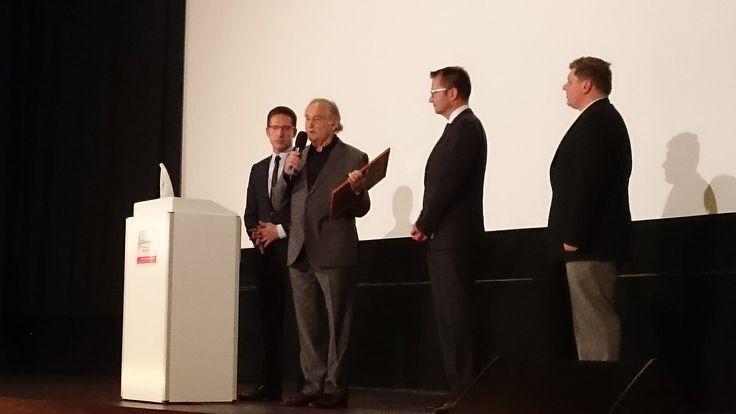 Sichtlich gerührt erhält Regisseur Michael Verhoeven den Hans-Vogt-Preis und bedankt sich herzlich.