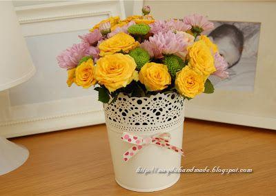 Aranjament floral in vaza dantelata / Floral arrangement in a lace vase