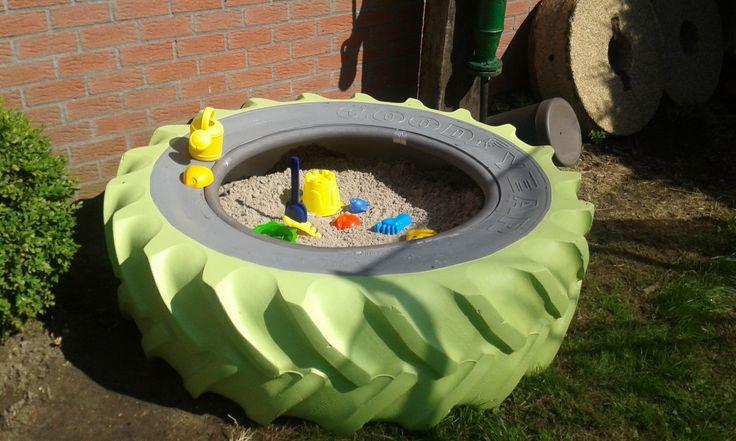 Oude tractorband omvormen tot zandbak voor de kinderen.