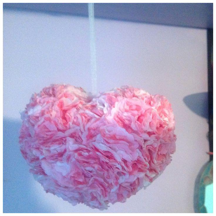 Corazón con papel reciclado. Flores