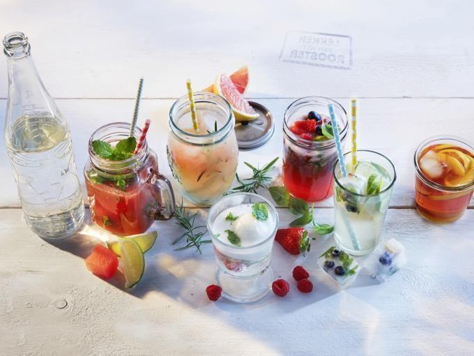 Maak je eigen limonadesiroop van gember en citroen. Serveer het met (bruis)water en heel veel ijsblokjes.