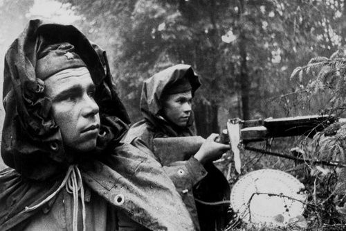 Soviet soldiers in the outlying forests during the Battle of Moscow, October 1941