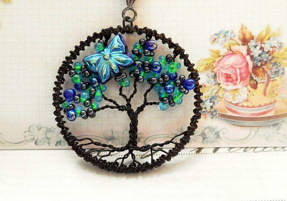 Cet arbre de vie est créé avec des perles de Farfalle verre tchèque en Turquoise et bleu nuit et côté goutte perles irisées tons de mauve et de Blues.  Soulignant qu'il est en verre papillon qui est irisé bleu sur un côté et noir mat sur l'envers. L'arbre peut être porté sur l'envers pour montrer le côté noir du papillon ainsi que de mettre un spin différent sur le tronc.  Compléter le collier sont le même style de papillons. Ils sont attachés à des arrêts en canon de fusil levier. Les…