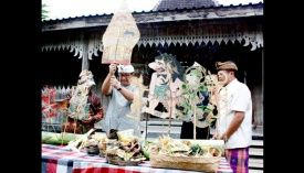Festival Wayang Internasional Mulai Digelar di Ubud: Bupati Gianyar Anak Agung Gede Agung Baratha menancapkan kayu sebagai tanda dimulainya Festival dan Seminar Wayang Internasional. TEMPO/Rofiqi Hasan [Rumah Topeng dan Wayang Setiadarma, di Banjar Tegal Bingin, Gianyar, Bali] 22 September 2013
