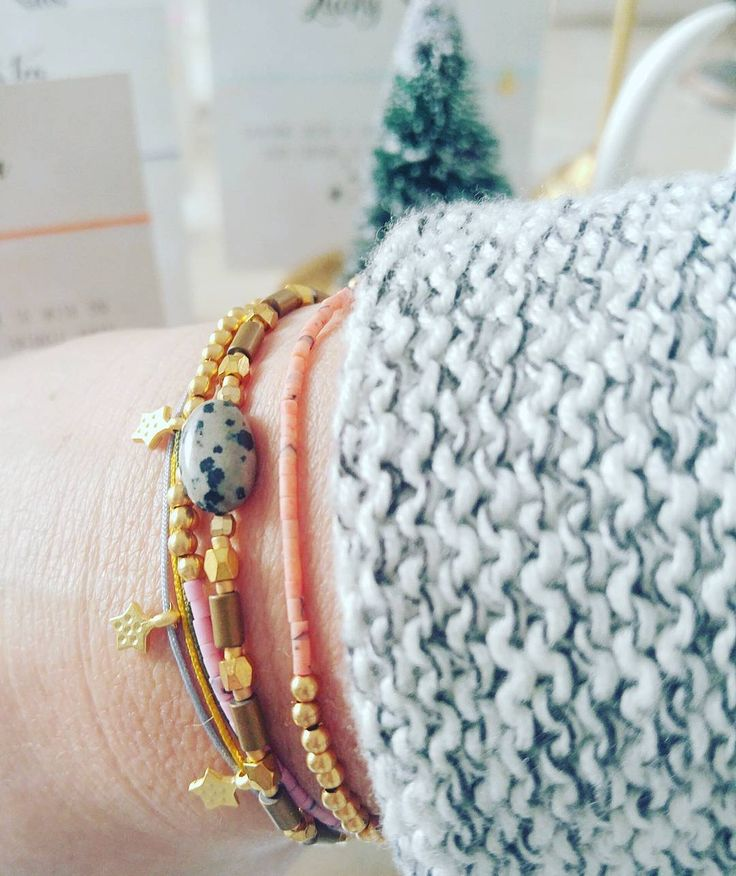 Not a lazy sunday 🌲Wrapping your gifts all day long - Spotify on & candelights. Have a lovely sunday #soosjewelry #handmadejewelry #xmasgifts #sieraden # armbanden #armparty #bohochic #goldplated #24kgold #wishbracelet
