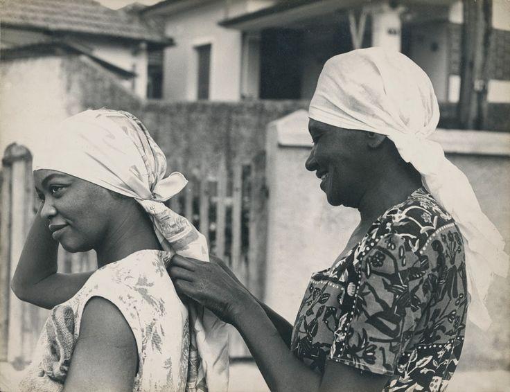 Carolina Maria de Jesus e Ruth de Souza na Favela do Canindé.  São Paulo, 1961 - foto: Acervo Ruth de Souza