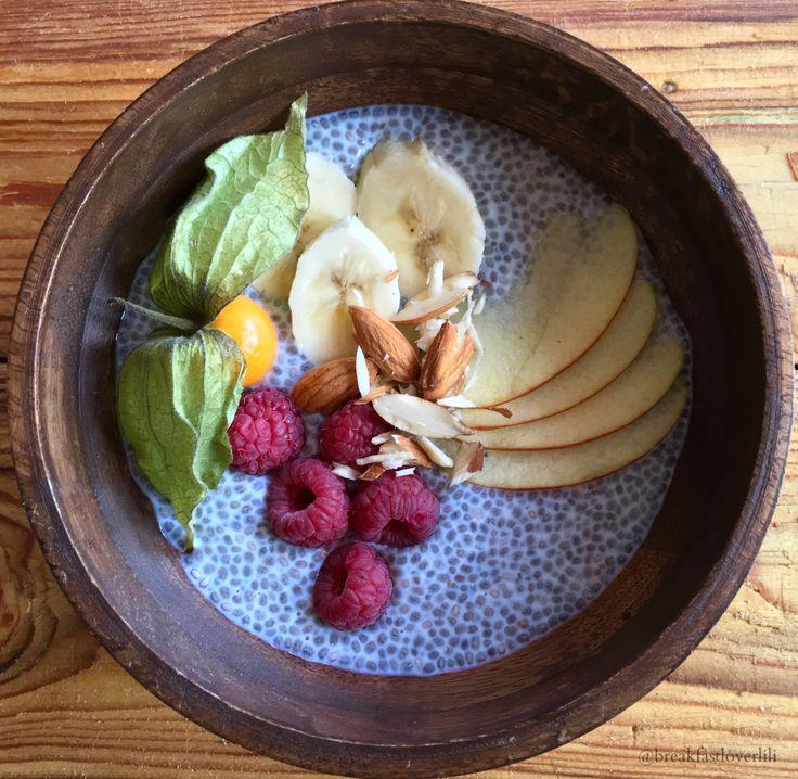 A legtöbb kérdést a chia maggal kapcsolatban kapom. Mi az a chia mag? Hol lehet kapni? Nos, el kell áruljam, hogy az egyik kedvenc reggelim a chia puding, így arra gondoltam minden kérdésetekre válaszolok és megmutatom, hogyan is készül a tökéletes chia puding! Nézzük csak!