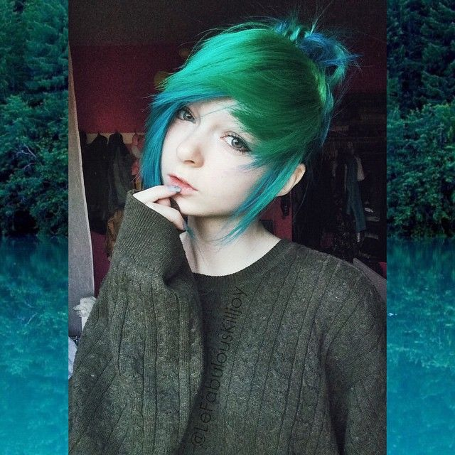 My hair looks so cool ina bun now wif all le colorssss c::