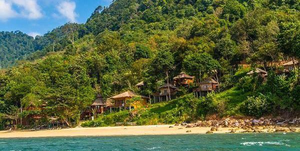Thailand, Koh Jum: På Koh Jum Resort bor du op ad en grøn skråning i hyggelige teaktræshygger, og her er så dejligt og fredeligt!