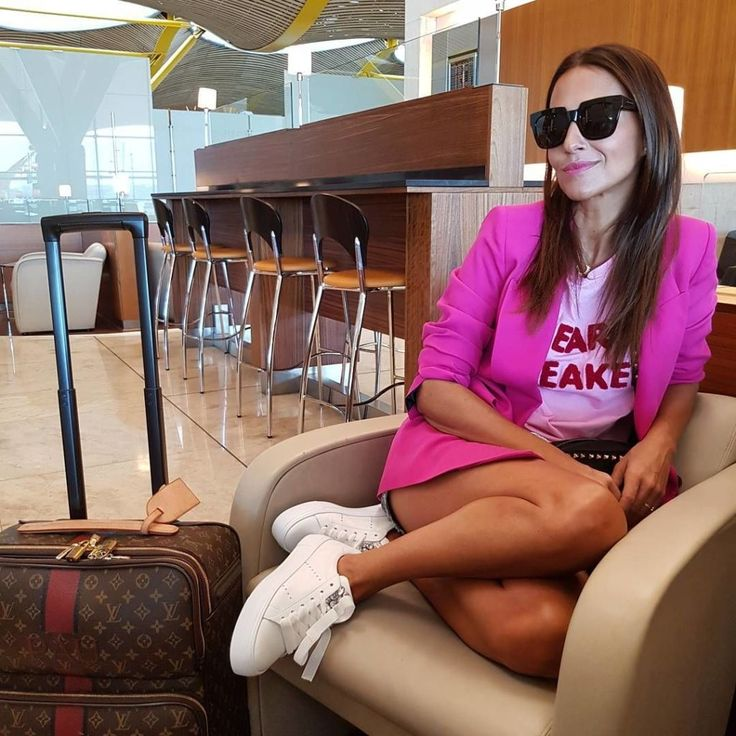 Paula Echevarría y su inspirador look para viajar   - ELLE.es. Pink graphic t-shirt+fuchsia blazer+denim shorts+white sneakers+black studded crossbody bag+black sunglasses. Louis Vuitton suitcase. Pre-Fall Airport/ Travel Outfit 2017