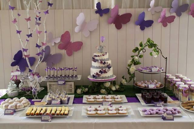 Mariposas como motivo central, lilas, violetas y crudos conforman la paleta de color elegida.
