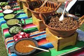 No podía faltar nuestra sugerencia de como adornar la mesa en donde estarán nuestros antojitos mexicanos con su variedad de salsas.
