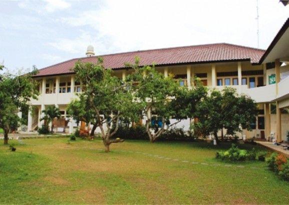 Taman dengan ruang kelas di Albinaa Putri