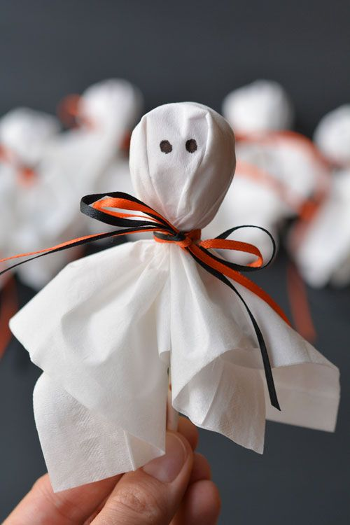 These lolly pop ghosts are SO CUTE! They're super easy and make a fun treat for a Halloween party or to send to school on Halloween!