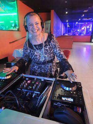 ♥ Lilian Gonçalves ataca de DJ na primeira edição do projeto Happy Hour para profissionais da Comunicação ♥  http://paulabarrozo.blogspot.com.br/2016/04/lilian-goncalves-ataca-de-dj-na.html