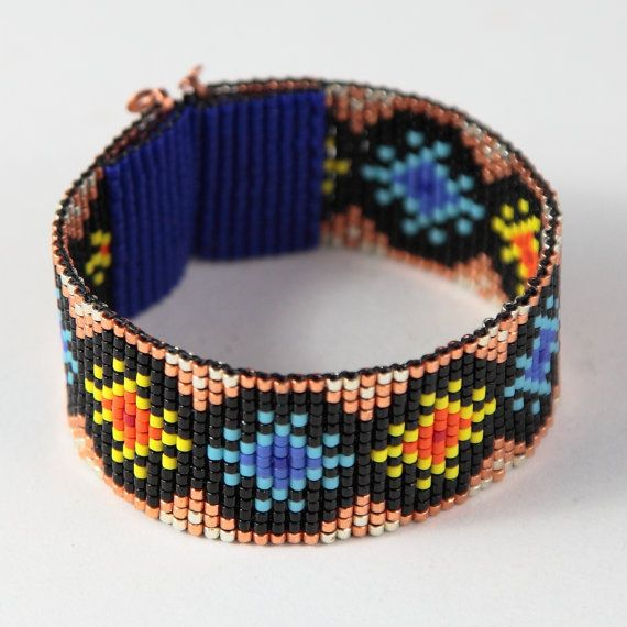 Deze zon & sterren Bead Loom Manchet armband werd geïnspireerd door de prachtige Native American patronen die ik zie rondom mij hier in Albuquerque,
