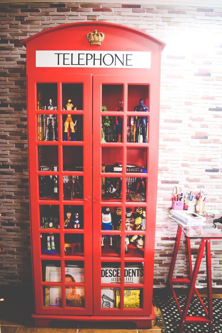 Estante em formato de cabine telefônica - O Mundo de Jess