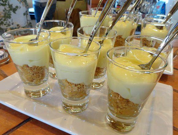 Tortinha de limão no copinho: inspiração para fazer cheesecake de margarita, basta adicionar uma calda de laranja e enfeitar com canudo =)