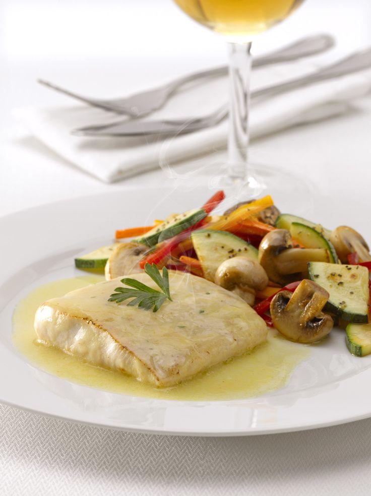 Disfruta de un Jugoso al horno pescado a la mantequilla con verduras salteadas, una receta fácil que puedes compartir con 5 personas con solo 291 Kcal. por porción.