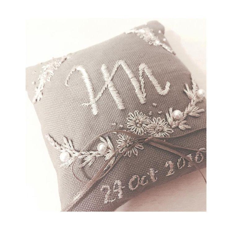⋆ ・ ・ ring pillow🌿 ・ ・ とっても可愛い贈り物が届きました♡ ・ 結局自分で作れず 友達にお願いしてしたリングピロー、、 想像以上の可愛さで届きました〜😿💕💕 ・ 展示会前の忙しい中 引き受けてくれた友人には感謝しかありません😿 お願い出来て本当に良かった♡♡♡ まりちゃんありがとう♡♡♡ ・ ・ #hawaii挙式#hawaiiwedding #結婚式準備#wedding #ringpillow#リングピロー #刺繍#プレ花嫁