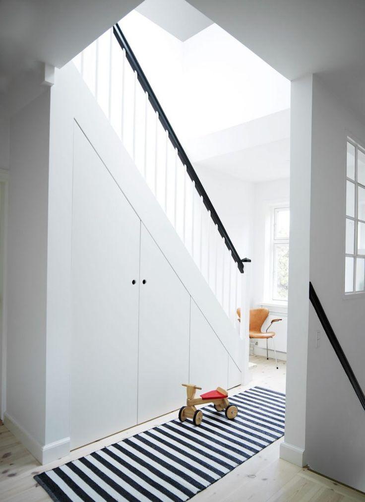 Stilren trappa och inbyggd inredning