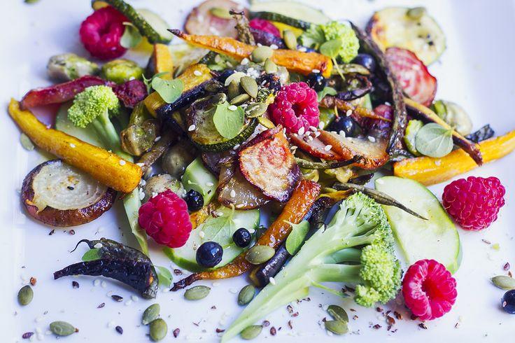 Ugnsstekta grönsaker med hallon och blåbärssallad