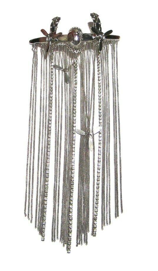 Bijou clip de botte en métal argenté et cristaux Swarovski. Retrouvez cet article dans ma boutique Etsy https://www.etsy.com/fr/listing/120170023/clip-de-botte-avion-multi-chaines-sans #ClipitEverywhere by #ThierryRégnier