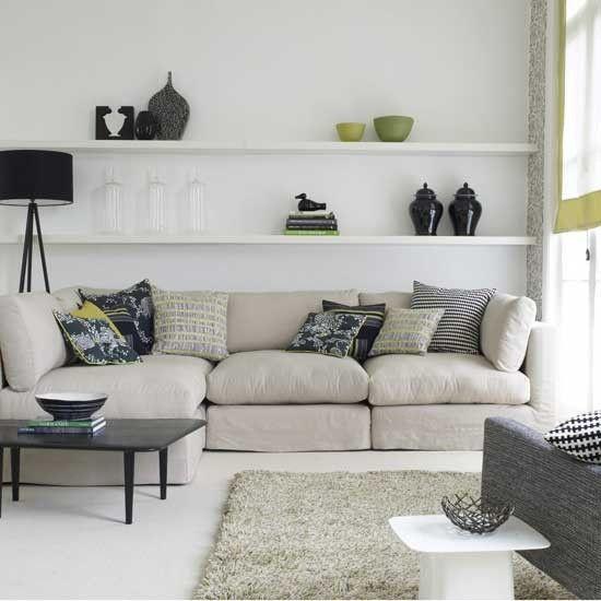 Decoração de sala de estar com prateleiras na parede do sofá