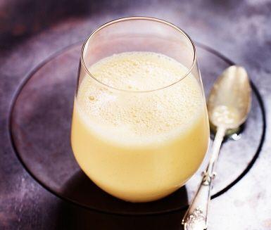 Den här fräscha mangosmoothien blir en riktigt bra start på dagen – eller varför inte dricka den som mellanmål? Clementin och kardemumma lyfter smaken ännu mer.