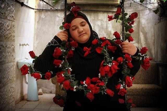 """Bara'ah (16) woont in Amman, Jordanië. Ze is de oudste van zeven kinderen. Twee jaar geleden kreeg ze een besmettelijke ziekte, waardoor de deur van de school voor haar gesloten bleef. Hoewel ze al lang weer beter is, gaat ze nog steeds niet naar school.  Bara'ah: """"Ik droom van een wereld gevuld met bloemen. In mijn dromen draag ik een jurk gemaakt van roze en rode rozenblaadjes en wandel ik door een vallei van bloemen. De rozen ruiken heerlijk en ik voel me heel gelukkig."""""""